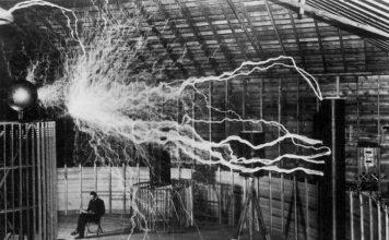 Nikola Tesla trong phòng thí nghiệm của ông vào năm 1899. (Ảnh: Getty)