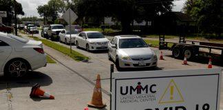 Người dân xếp hàng trong ô tô, chờ được xét nghiệm COVID-19 tại Houston, bang Texas, Mỹ ngày 7-7-2020 - Ảnh: REUTERS