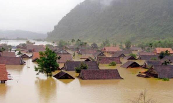 Biển nước bủa vây hàng nghìn ngôi nhà ở miền Trung